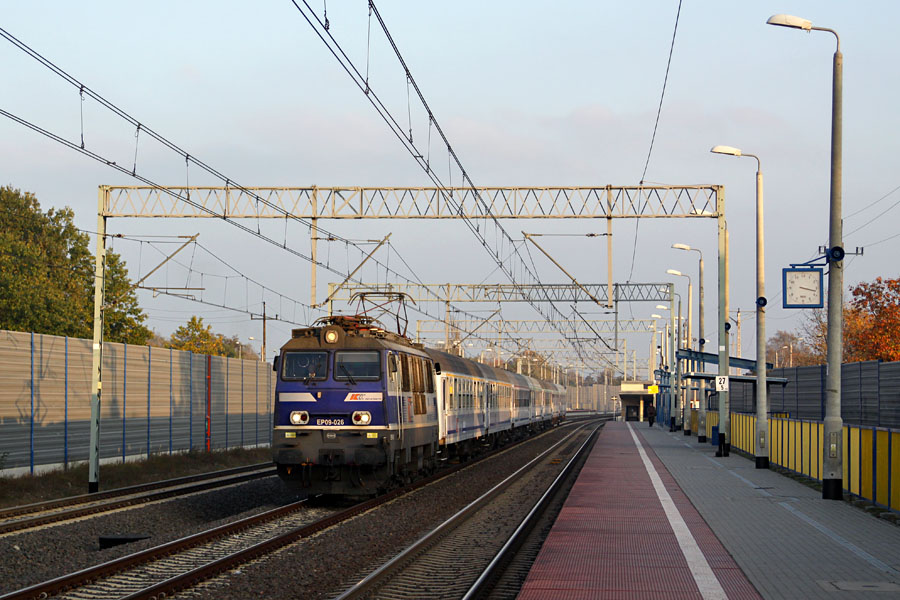 Pociąg EIC Małopolska mija torem dalekobieżnym Legionowo Przystanek źródło: własne