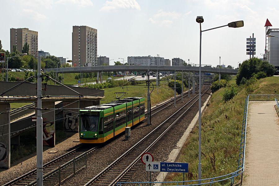 Linia Poznańskiego Szybkiego Tramwaju (PST); na zdjęciu przystanek Lechicka/ Poznań Plaza. źródło: własne